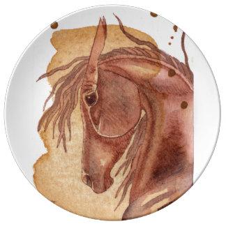 Den kastanjebruna hästen på guld- vattenfärg porslinstallrik