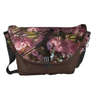 Den körsbärsröda blommigten hänger lös kurir väska