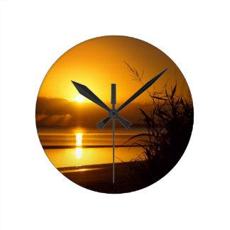 Den kust- soluppgångväggen tar tid på rund klocka