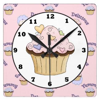 Den läckra rosa väggen för cupackebagerikök tar fyrkantig klocka
