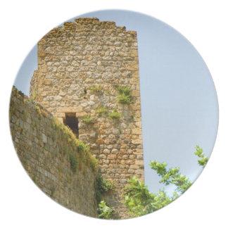 Den låga vinkeln beskådar av en forntida byggnad, tallrik