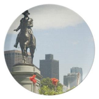 Den låga vinkeln beskådar av en staty i tallrik