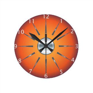 Den lantliga röda orange väggen tar tid på rund klocka