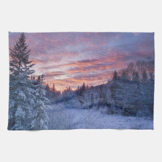 Den livliga solnedgången målar himmlen ovanför kökshandduk