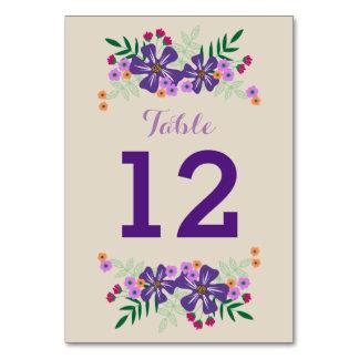 Den ljusa färgaden blommar på solbrännan som gifta bordsnummer