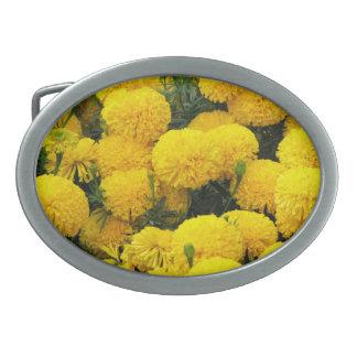 Den ljusa gula blommor på bältet spänner fast