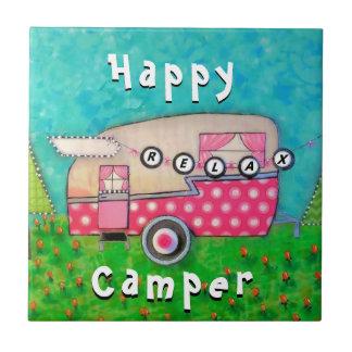 Den lyckliga camparen belägger med tegel det rosa kakelplatta