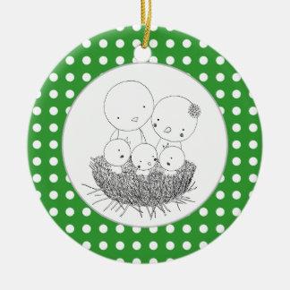 Den lyckliga fågelfamiljen bygga bo in den hem- julgransprydnad keramik