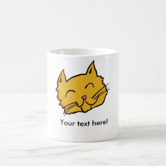 Den lyckliga katten knäppas kaffemugg