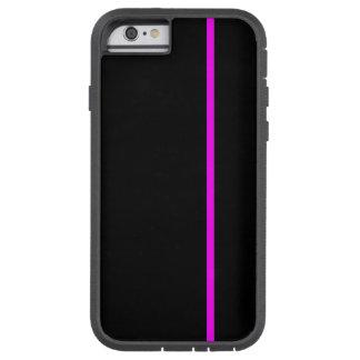 Den magentafärgade tunna lodrät fodrar på svart tough xtreme iPhone 6 case