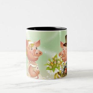 Den Male grisen ger en bouqet av blommor till en Två-Tonad Mugg