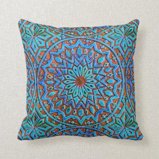 Den marockanska blått och bruntet belägger med kudde