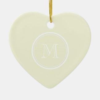 Den Monogrammed beige kicken avslutar kulört Hjärtformad Julgransprydnad I Keramik