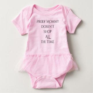 Den motståndskraftiga mamman shoppar inte hela t-shirt