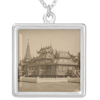 Den Nan-U Människa-Sen, Shwe-Kyaung Silverpläterat Halsband