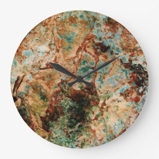 Den naturliga stenväggen tar tid på stor klocka