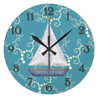 Den nautiska segelbåtväggen tar tid på stor klocka
