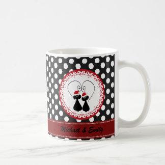 Den nyckfulla roliga julkatten kopplar ihop kaffemugg