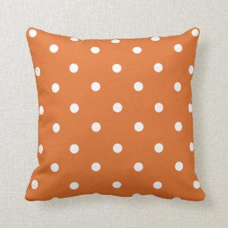 Den orange polkaen pricker den hem- dekordekorativ kudde