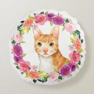 Den orange tabby katt med den blom- kranen kudder rund kudde