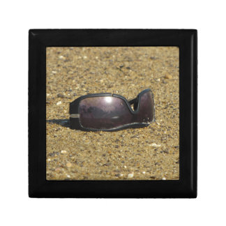 Den övergav solglasögonen på sandigt pekar minnesask