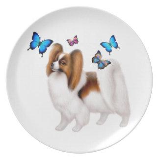 Den Papillon hunden med fjärilar pläterar Tallrik