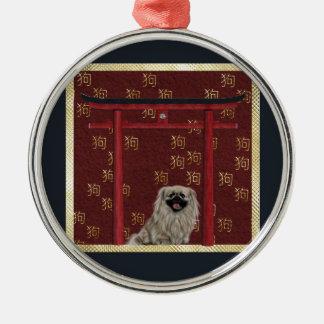 Den Pekingese hunden, den röda asiatbågen, spridd Julgransprydnad Metall