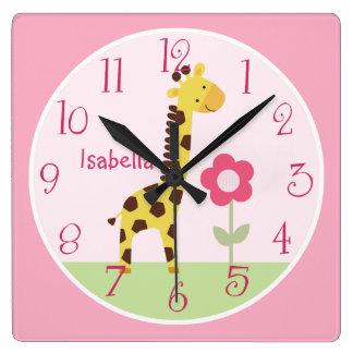 Den personifierade gulliga giraffbarnkammare tar fyrkantig klocka