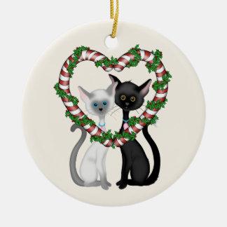 Den personifierade gulliga katten kopplar ihop och rund julgransprydnad i keramik