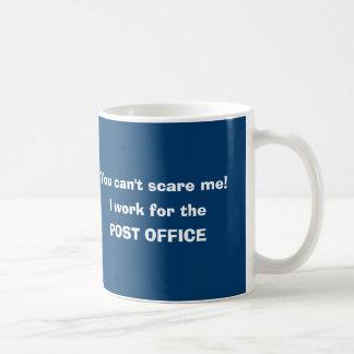 Den post- arbetarbrevbäraren postar bäraren kaffemugg