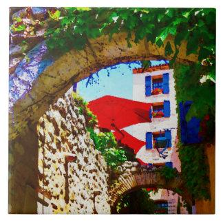 Den Provence byn beskådar med röda paraplyer Kakelplatta
