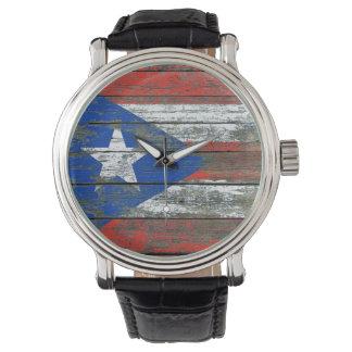 Den Puerto Rican flagga på grovt trä stiger ombord Armbandsur