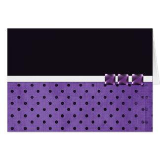 Den purpurfärgade formgivare noterar kort