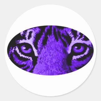 Den purpurfärgade tigern synar jGibney MUSEET Runt Klistermärke