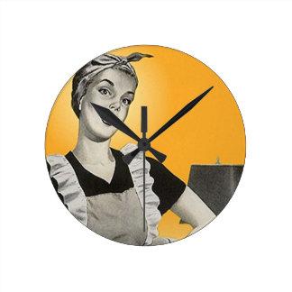 Den Retro hushållsarbetedamen tar tid på Rund Klocka