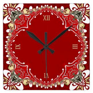Den röda bohemiska Batikväggen tar tid på Fyrkantig Klocka