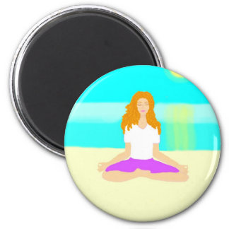 Den röda haired flickan, yoga, om poserar, sätter  magnet rund 5.7 cm