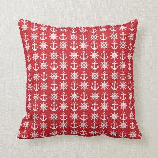 Den röda nautiska dekorativ kudde med ankrar och