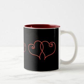 Den röda och svart valentinesen virvlar runt Två-Tonad mugg