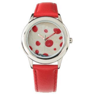 Den röda polkaen pricker ungeklockan armbandsur