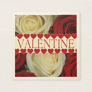 Den röda romantiska valentinen steg pappersservett