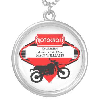 Den röda svarten för Motocrosssmutscykeln Silverpläterat Halsband