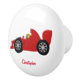 Den röda tävlings- bilen tillfogar precis namn knopp