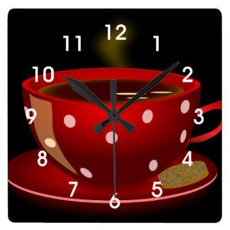 Den röda väggen för tea- eller kaffekoppkök tar fyrkantig klocka