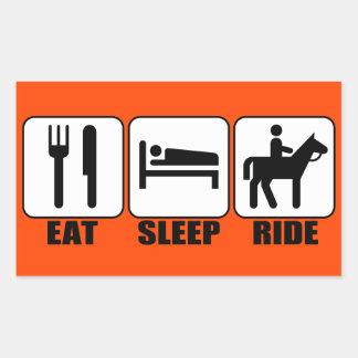 Den roliga hästryggryttaren äter sömnritt någon rektangulärt klistermärke
