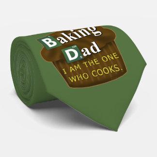 Den roliga pappan, som bakar, eller kockar skojar slips