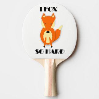 Den roliga rävtecknadpingen Pong paddlar Pingisracket