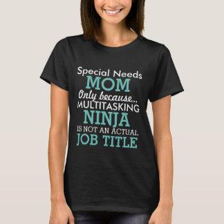 Den roliga sakkunniga behöver mamman tee shirt