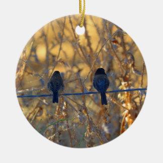 Den romantiska sparrowfågeln kopplar ihop på en julgransprydnad keramik