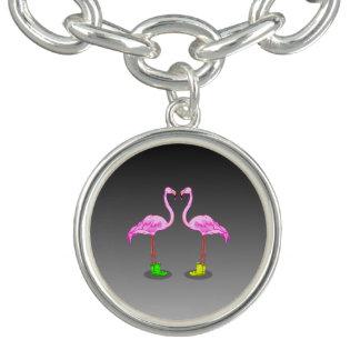 Den rosa flamingoen kopplar ihop danande en berlockarmband